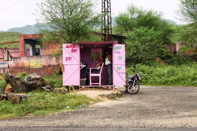 道中の散髪屋