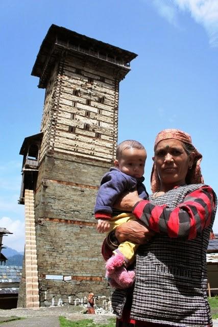 村のおばあちゃんと子供