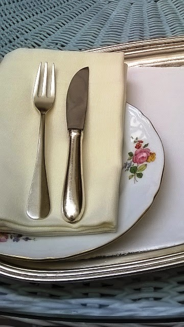 ハイティー用の食器と皿