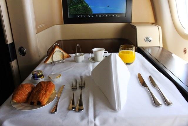 テーブルのセットアップとパン類・コーヒー・ジュース