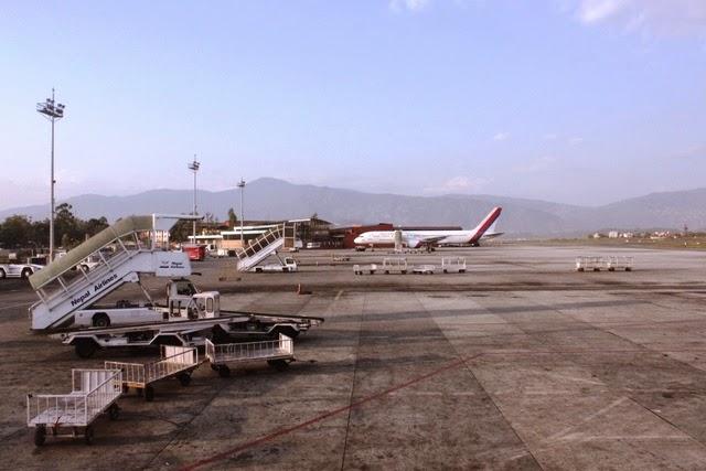 ネパール航空のB757型機が見えます