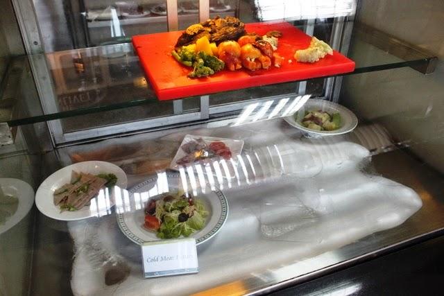 ビーフステーキ、付け合わせの野菜やサラダ類