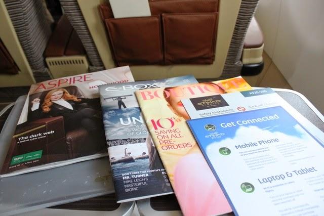 機内雑誌、安全のしおり、機内WiFiの説明等