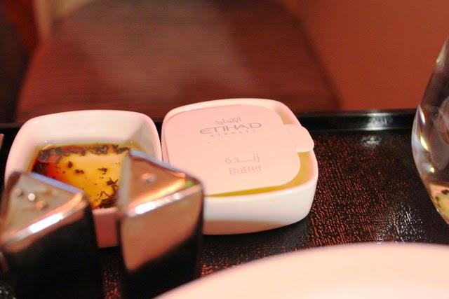 バターとパン用のバルサミコ酢が入ったオリーブオイル