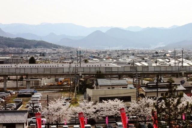 上田城跡から眺める新型のE7系列車