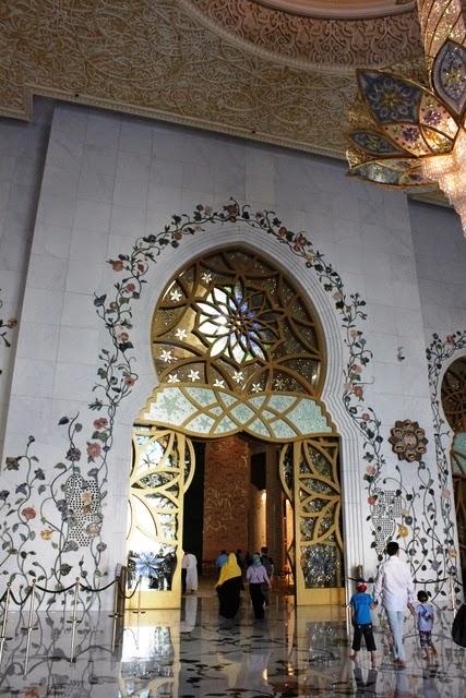 このドアからモスク本堂へ