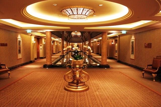 ホテルの広い廊下