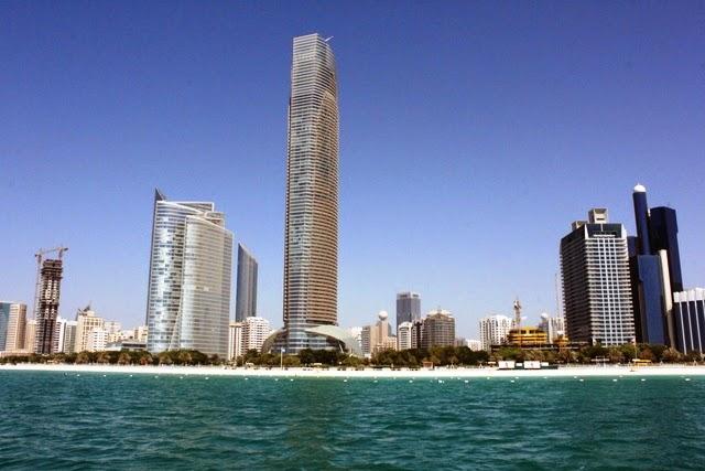 公共ビーチ沿いに並ぶ高層ビル群