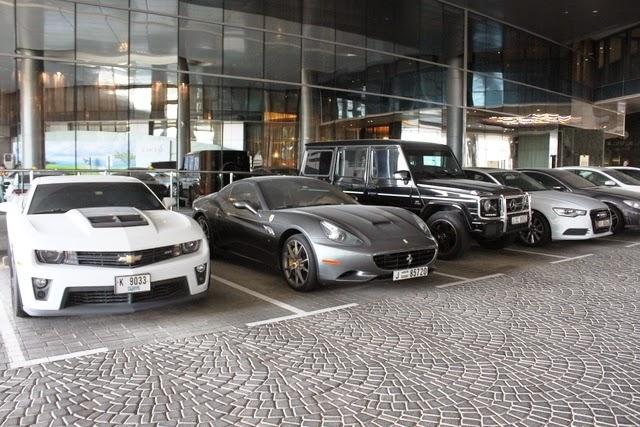 タワーの駐車場には高級車がぞろり!