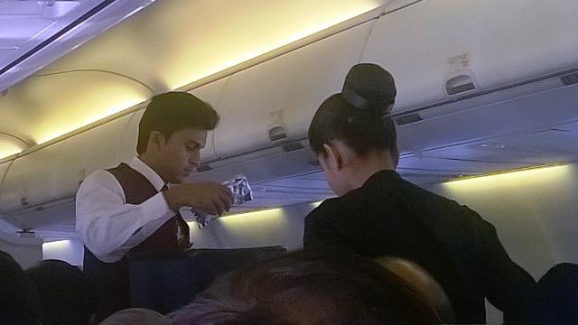 機内食を配る様子