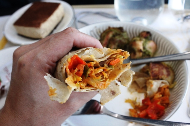 インド風野菜炒めをチャパティで包んだもの