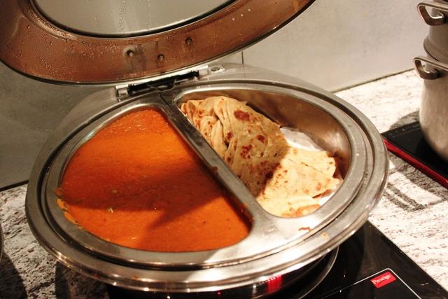 インド風のトマトベースのカレーとチャパティ