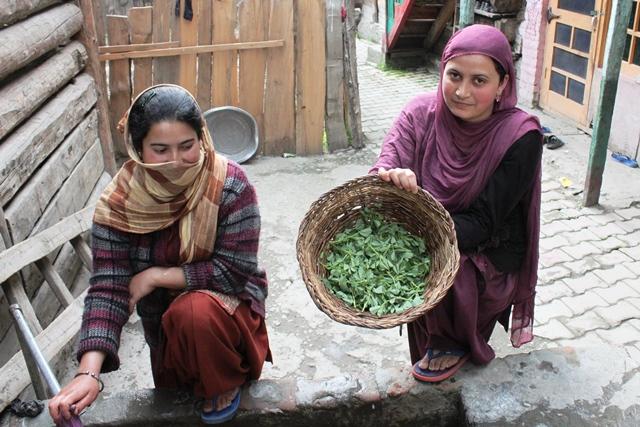 野菜を洗っている女性