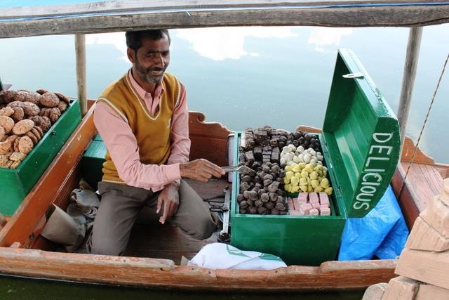 ハウスボートにやってきたお菓子売りのおじさん