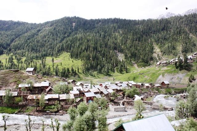 古い家屋が並ぶ村