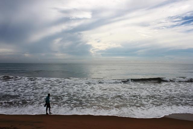 海岸寺院の前の海