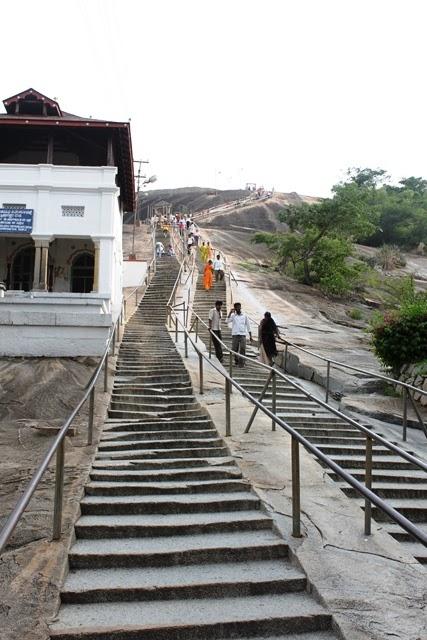 聖者の像まで続く階段