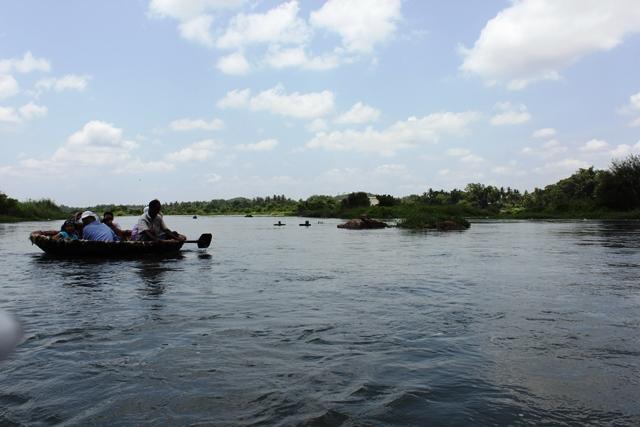 川の上を丸いボートで散策