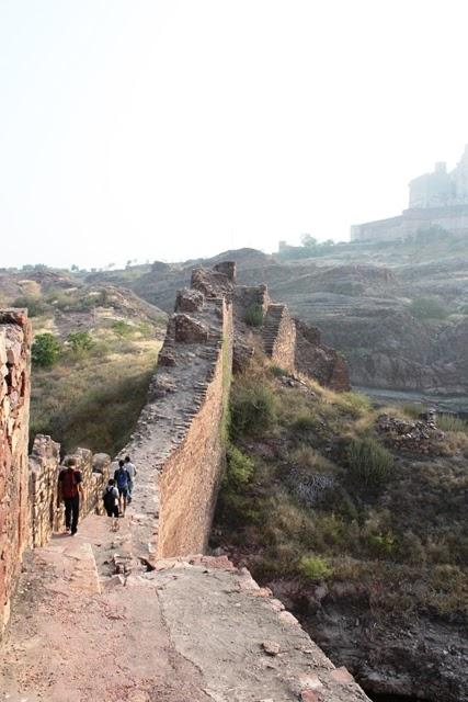 城壁に沿って探検