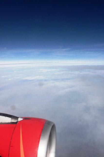 碧い空と赤い機体