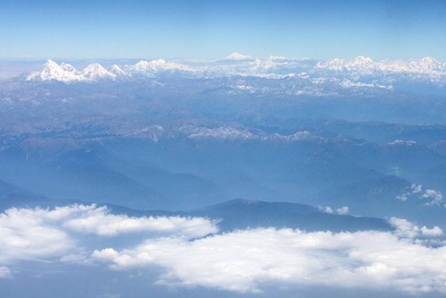 一番左はブータンの聖なる山ジョモラリ