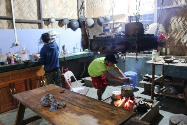 キッチン。薪で料理します