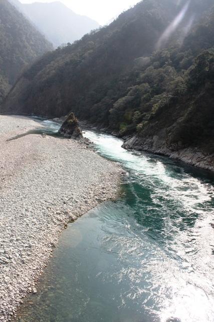 真ん中の岩がパラシュラム・クンド