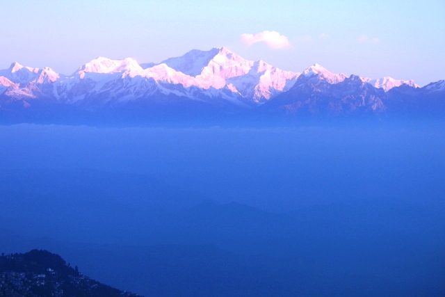 郊外のタイガーヒルから眺める早朝のカンチェンジュンガ