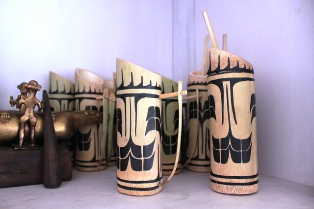 竹の筒でできたコップ。これでビール飲むのも良いとか