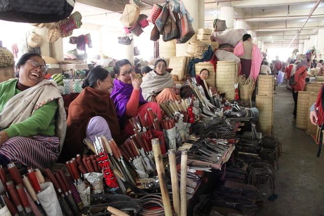 マニプール 観光:明るい店主達