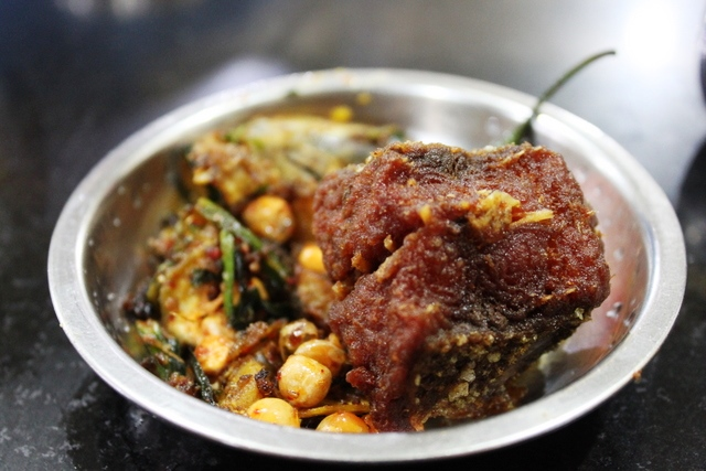 魚のフライと豆の漬物