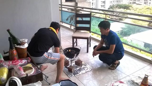 BBQを焼いているBさんとうちの同僚