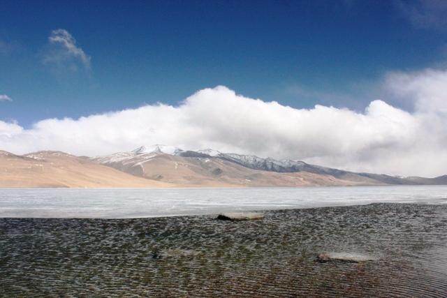 氷が解け始める時期のツォ・モリリ