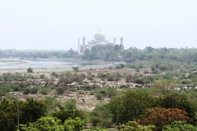 アグラ城から眺めるタージマハール