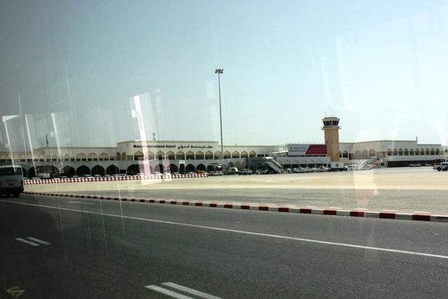 バスから眺めるマスカット空港ターミナル全景