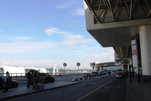 空港出発ロビー付近