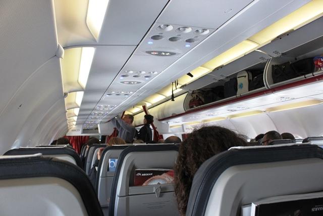 シートから眺める機内の様子