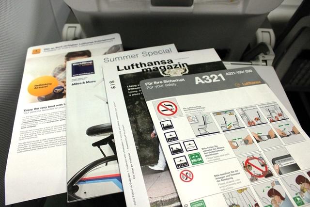 機内雑誌、安全のしおり、その他案内板