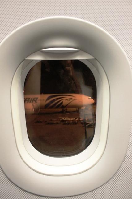 窓からエジプト航空B777-300ER機