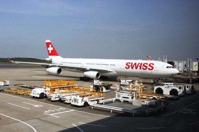 成田空港に停泊中のスイス国際航空