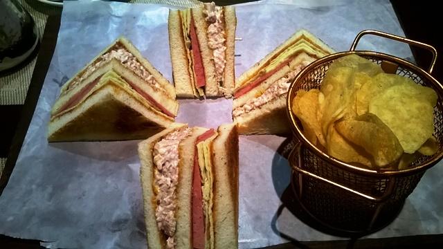 デリー コンノート カフェ:クラブサンドイッチ