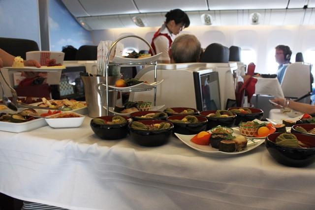 カートの左が洋食で右側が和食
