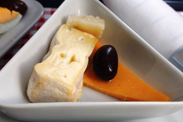 チーズ各種とオリーブ