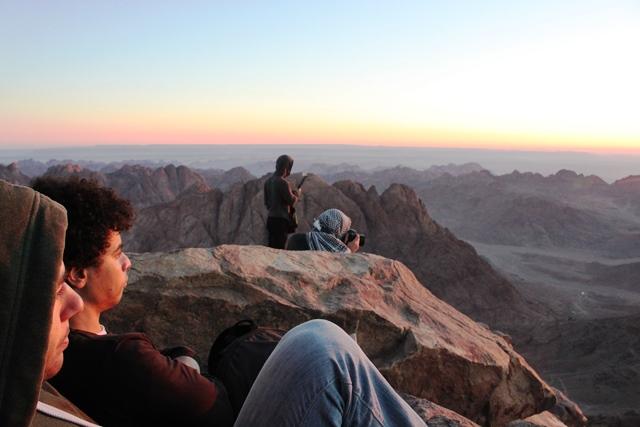 シナイ山 登頂:日の出を眺めるエジプト人