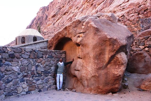 モーゼの岩とガイドのムハンマドさん