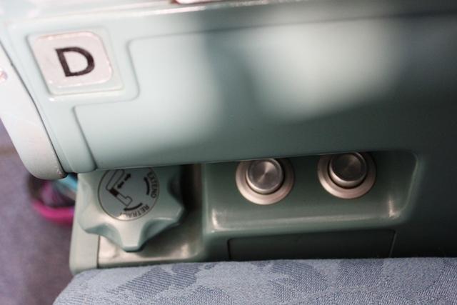リクライニングとレッグレストそしてランバーサポートボタン