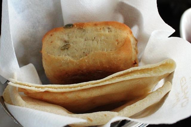 丁寧にパンのバスケットまで