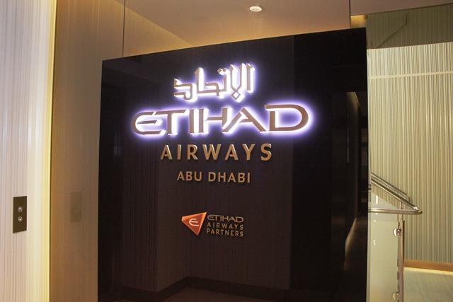 アブダビ空港 エティハド ファーストクラス ラウンジ:エレベーター前のロゴ
