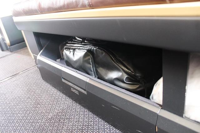 手荷物はソファーの下へ収納