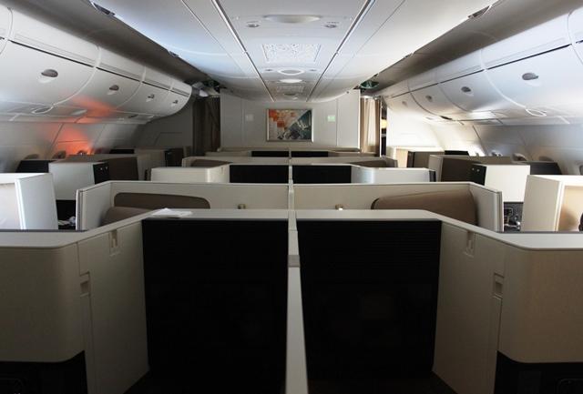 飛行中のビジネスクラスのキャビン